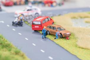 Miniature mechanics replacing a tyre off the roadwayの写真素材 [FYI00643455]