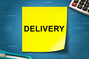 Delivery word on yellow noteの写真素材 [FYI00643498]