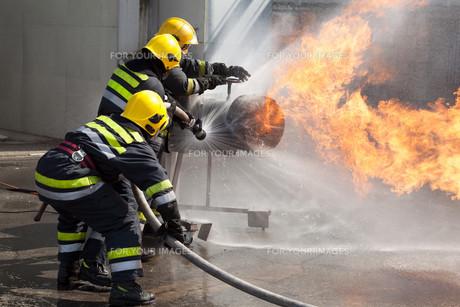 Firefighters in actionの写真素材 [FYI00643540]