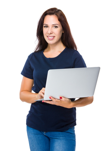 Brunette woman use of laptopの写真素材 [FYI00643896]