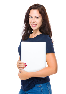 Brunette woman hold with laptopの写真素材 [FYI00643988]