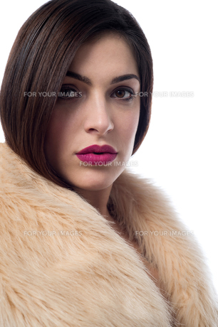 Stylish young woman in fur coatの写真素材 [FYI00644120]