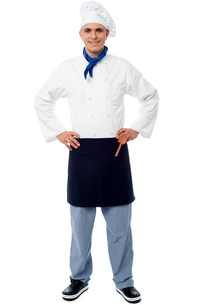 Confident young cook posing in uniformの写真素材 [FYI00644157]