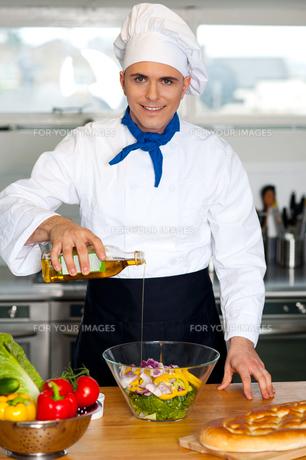 Chef preparing the vegetable saladの写真素材 [FYI00644182]