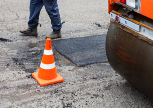 Road roller and traffic cone on the road constructionの写真素材 [FYI00644183]