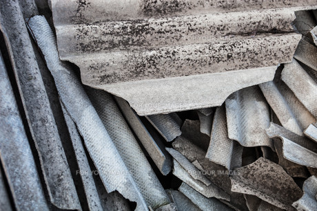 Pile of the old and damaged wavy roofing slatesの写真素材 [FYI00644185]