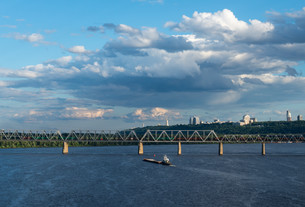 The barge floating in the blue Dnieper watersの写真素材 [FYI00644187]