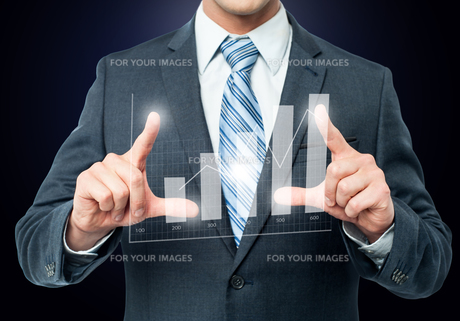 Businessman framing digital chartの写真素材 [FYI00644251]