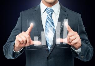 Businessman framing digital chartの写真素材 [FYI00644251]