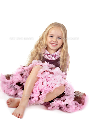 Happy girl in tutu skirt sitting on the floorの写真素材 [FYI00644258]