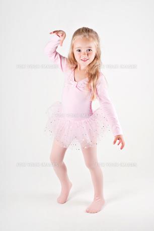 Happy ballet dancing little girlの写真素材 [FYI00644259]