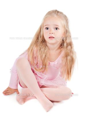 Ballerina in pink dress sitting on the floorの写真素材 [FYI00644267]