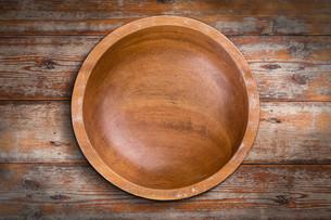 Empty wooden bowlの写真素材 [FYI00644280]
