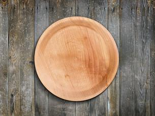 Empty wooden plateの写真素材 [FYI00644287]