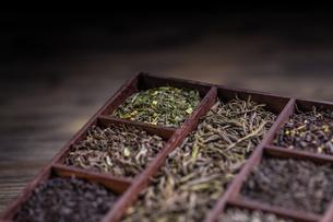 Dry tea in wooden boxの写真素材 [FYI00644301]