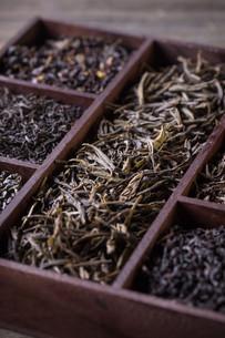 Dry tea in wooden crateの写真素材 [FYI00644309]