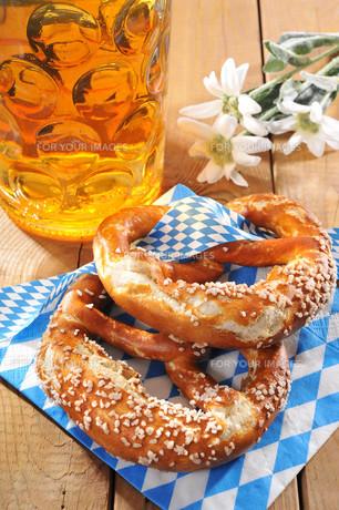 bavarian oktoberfest pretzels with beerの写真素材 [FYI00644335]