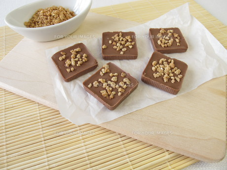 homemade chocolate with almond pralineの素材 [FYI00644353]