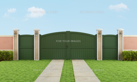 Garden with large driveway gateの写真素材 [FYI00644356]