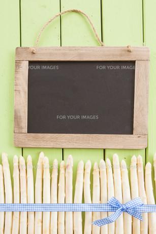 fresh white asparagus on greenの写真素材 [FYI00644394]