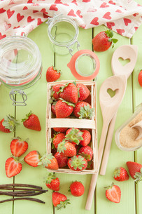 boil jam from fresh strawberriesの写真素材 [FYI00644403]