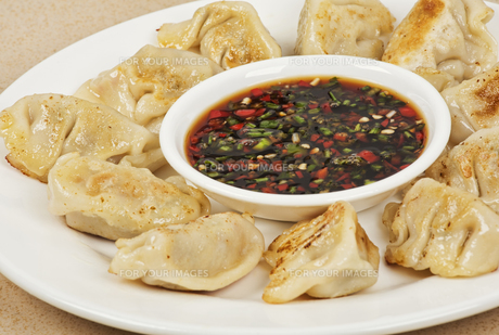 Homemade Chinese dumplings with dipping sauceの写真素材 [FYI00644425]