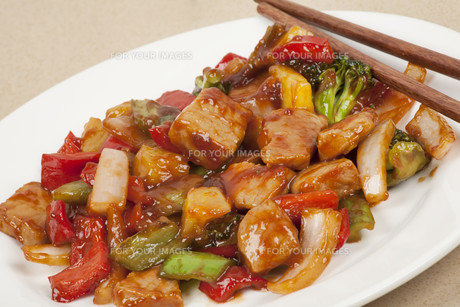 A delicious Chinese meal of Sweet and Sour Porkの写真素材 [FYI00644427]