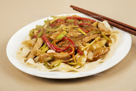A delicious Chinese dinner of Pork Lo Meinの写真素材 [FYI00644428]