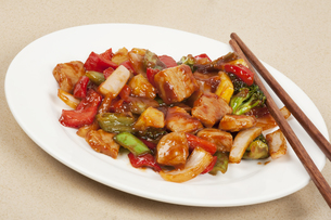 A delicious Chinese meal of Sweet and Sour Porkの写真素材 [FYI00644430]