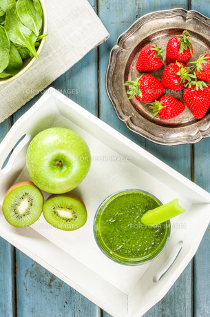 green smoothie with fruit and spinachの写真素材 [FYI00644487]