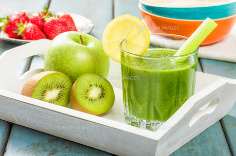 green smoothie with fresh fruitの写真素材 [FYI00644494]