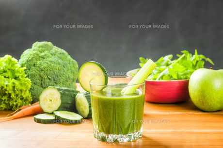 smoothie with fresh ingredients from the marketの写真素材 [FYI00644497]