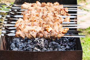 skewers with pork shish kebabs on grillの写真素材 [FYI00644504]