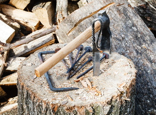 hew axe and forged hardware on wooden blockの写真素材 [FYI00644506]