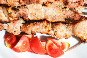 pieces of pieces of red tomato and shish kebabsの写真素材 [FYI00644507]