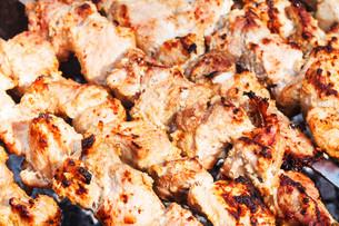 pieces of shish kebabs on skewers on grilの写真素材 [FYI00644509]