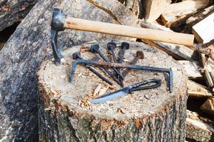 hew axe and metal hardware on wooden blockの写真素材 [FYI00644510]