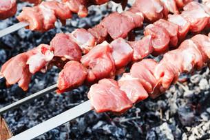 skewers with lamb shish kebabs on brazierの写真素材 [FYI00644512]