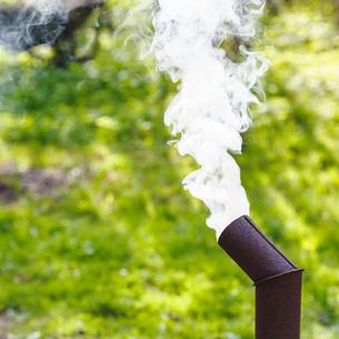 smoke from chimney of samovar on backyardの写真素材 [FYI00644523]