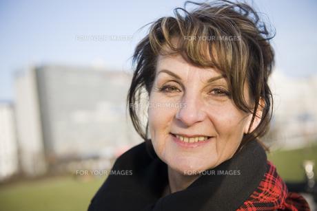 happy look of mature woman outdoorの写真素材 [FYI00644525]