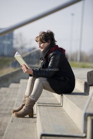 woman reading a bookの写真素材 [FYI00644526]