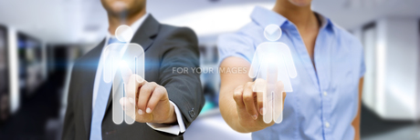 Man and woman using digital interfaceの素材 [FYI00644592]
