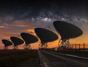 Radio Telescope view at nightの写真素材 [FYI00644631]