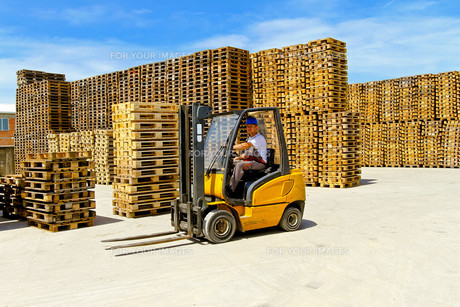Yellow forkliftの写真素材 [FYI00644644]