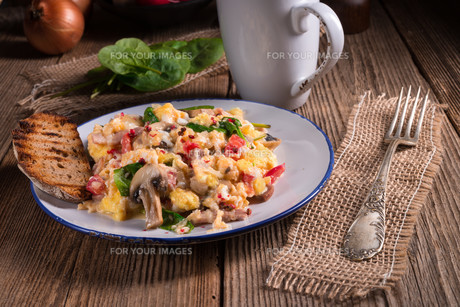 scrambled eggs with tomatoes and spinachの写真素材 [FYI00644659]