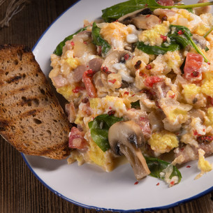 scrambled eggs with tomatoes and spinachの写真素材 [FYI00644660]