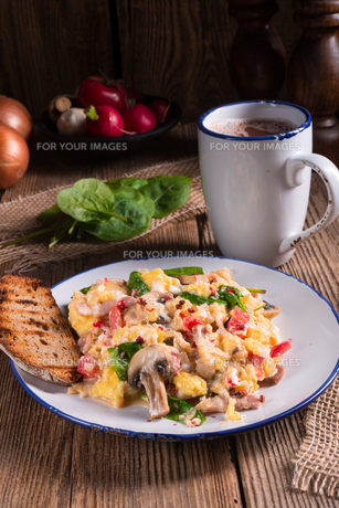 scrambled eggs with tomatoes and spinachの写真素材 [FYI00644662]