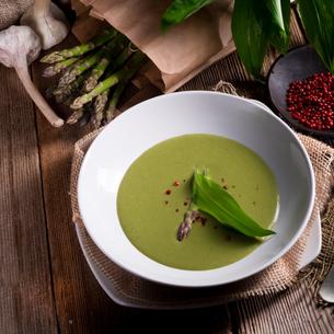 ramsons asparagus soupの写真素材 [FYI00644667]