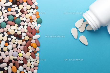 Different pills and bottle with copy spaceの写真素材 [FYI00644690]