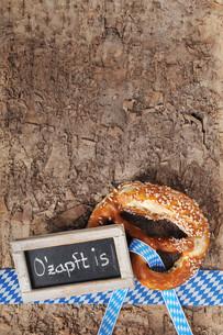 bayerische oktoberfestbreze with blackboardの写真素材 [FYI00644839]